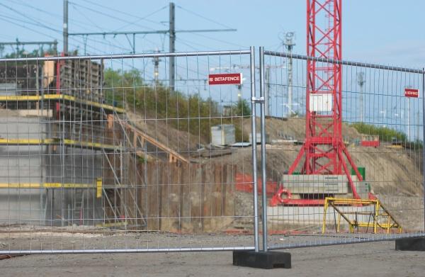 Panel F okolo stavieb